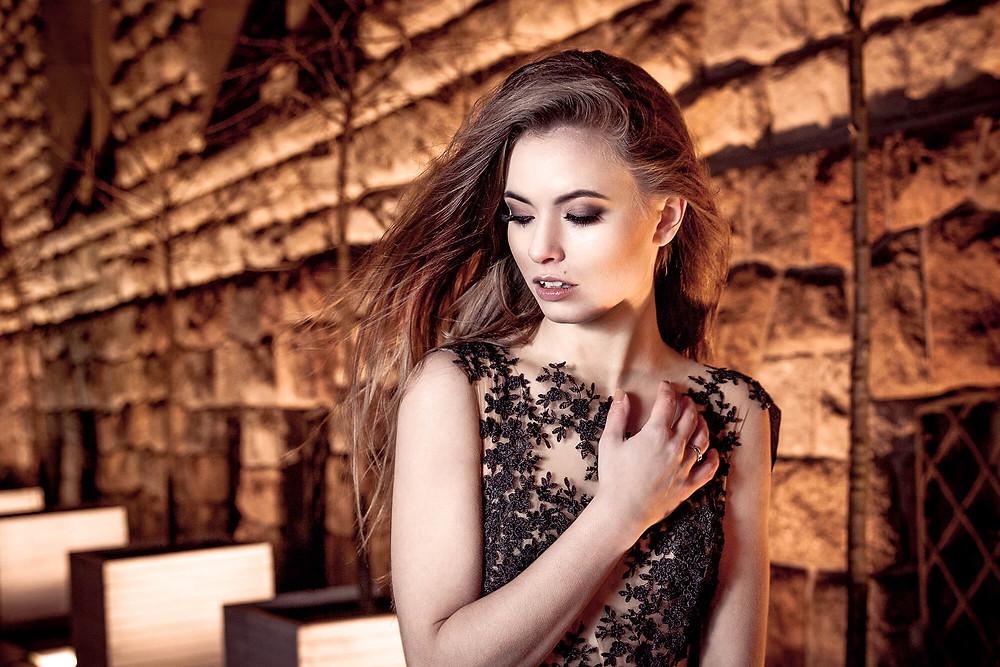 Portret pięknej modelki w wieczorowej sukni z haftami