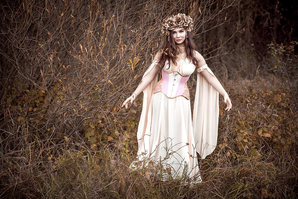 Dziewczyna w baśniowej beżowej sukni w jesiennym plenerze