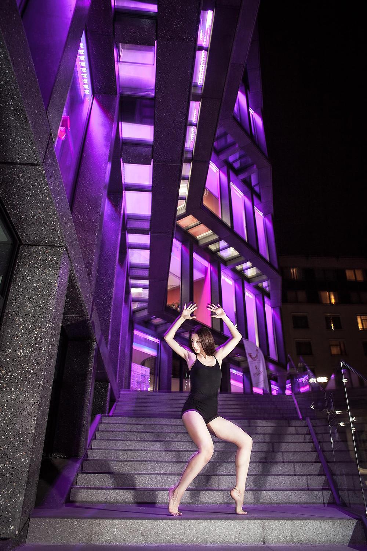 Tancerka contemporary w oryginalne pozie nawiązującej do linii architektury
