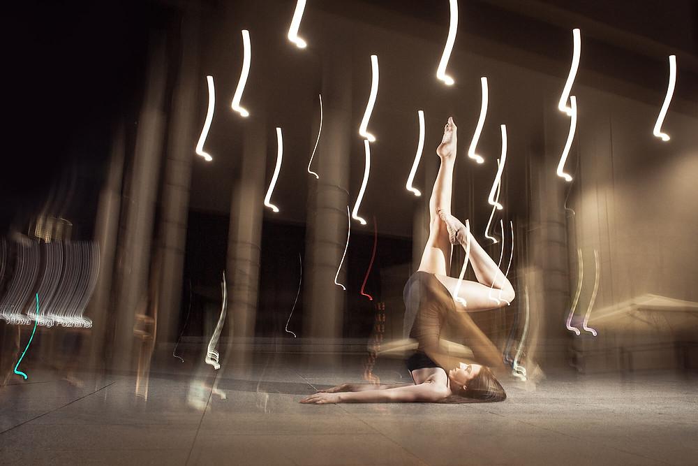 Floor work, tancerka z wyciągniętymi w górę nogami