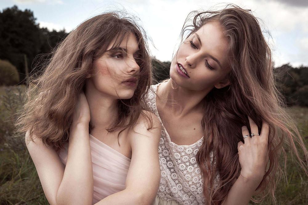 Dynamiczny portret 2 modelek z rozwianymi włosami