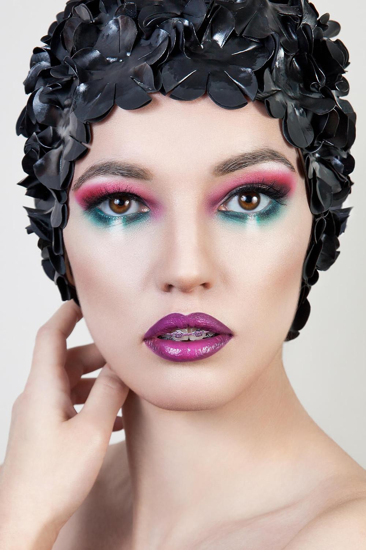 Turkusowo-różowe oczy, fioletowe usta i oryginalne nakrycie głowy