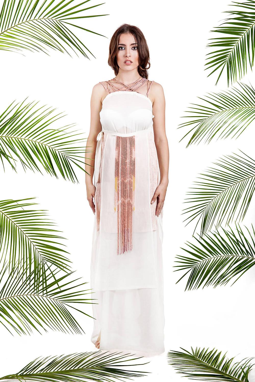 Proste zdjęcie lookbook przezentujące sukienkę na białym tle