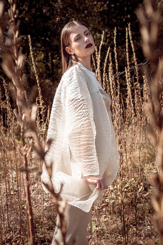 Modelka o oryginalnej urodzie w ciekawej, połyskliwej kurtce