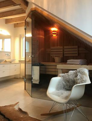Sauna weisser Designerstuhl graues Fell Badezimmer