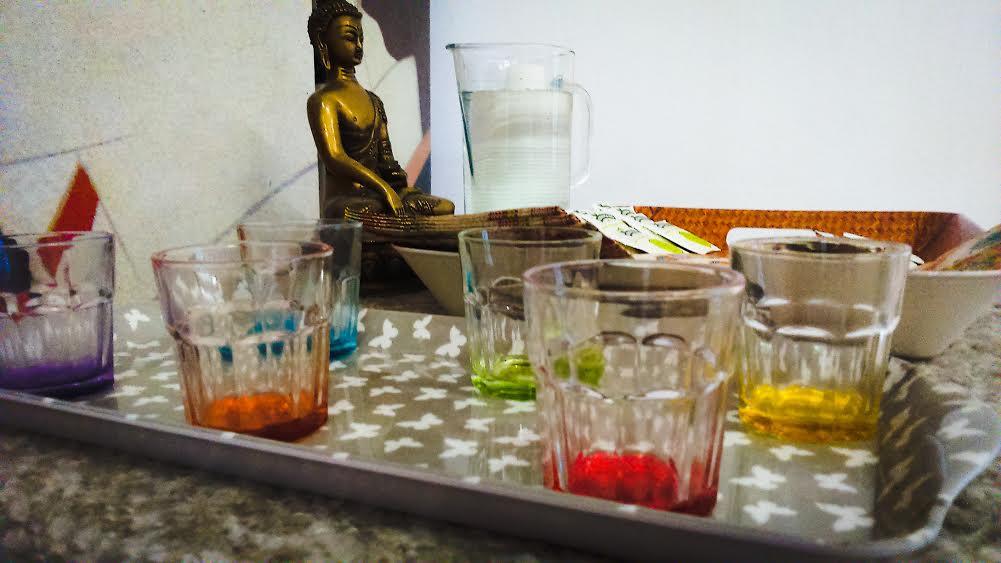 Vasos de colores y Buda
