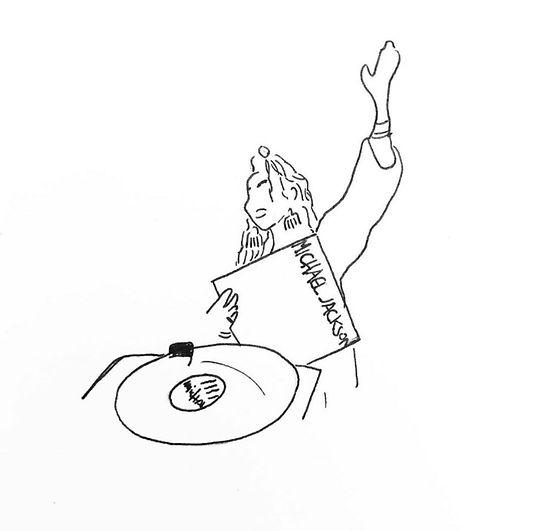 אישה רוקדת לצלילי תקליט של מייקל ג׳קסון.
