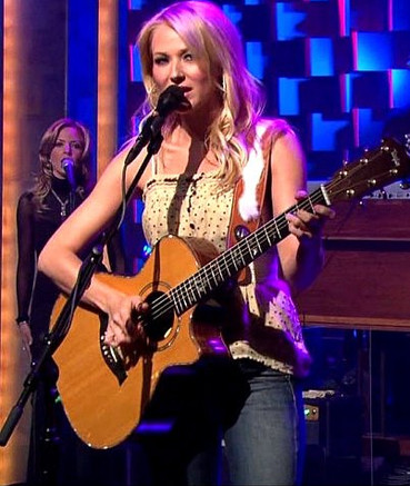 Jana Anderson singing with Jewel on The Conan O'Brien Show