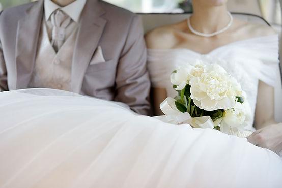 Frisch verheiratetes Paar im Hochzeitsauto als Hinweis auf die Tätigkeiten des Notars Raupach im Familienrecht