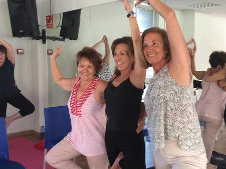 Sesión de yoga en pareja