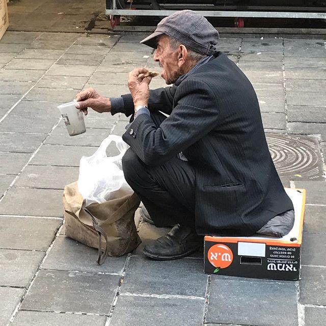 Dawanie jałmużny jest w judaizmie jednym