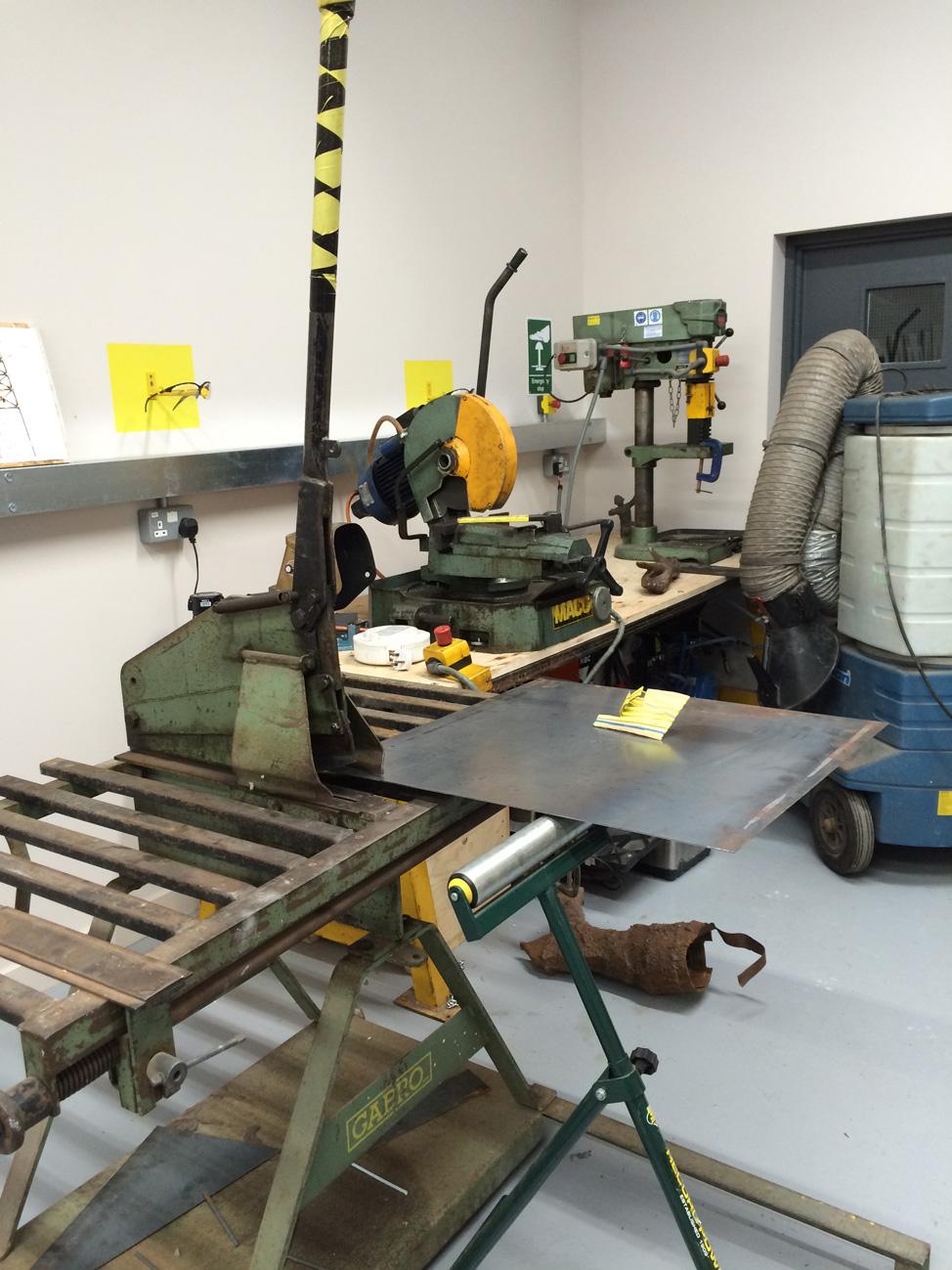 Guillotine to cut sheet metal