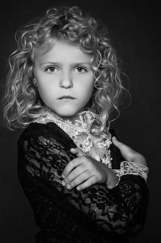 Ung pige i sort hvid