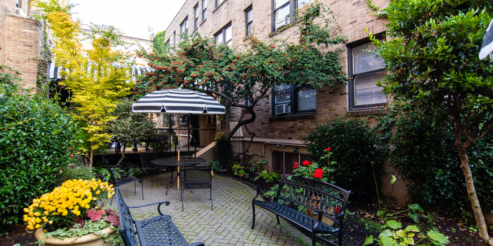 courtyard of inn at queen anne