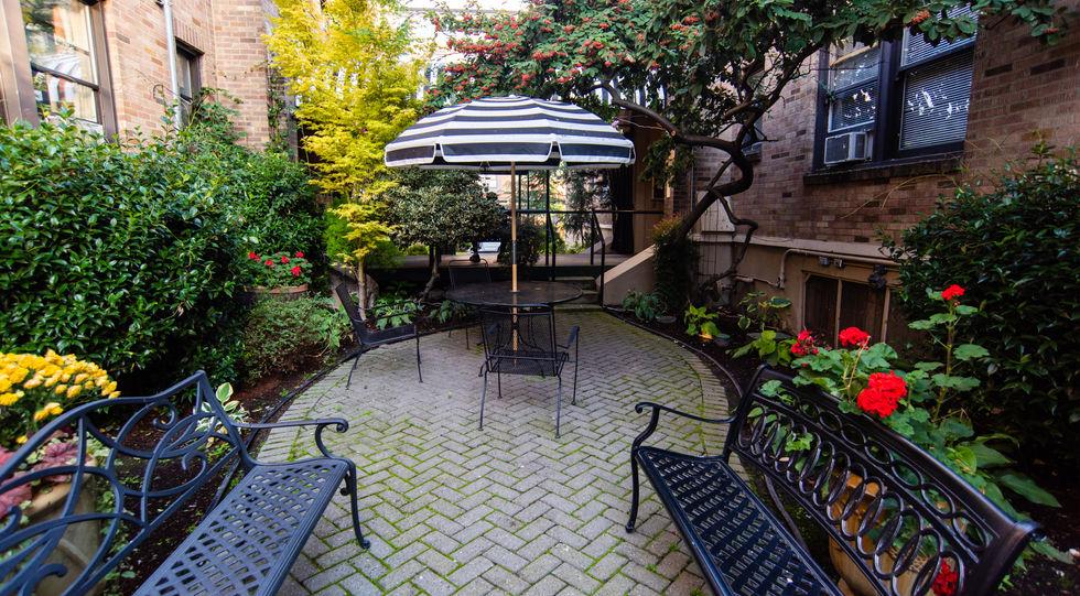 courtyard of inn at queen anne