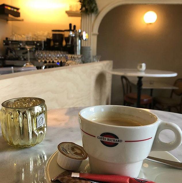 - Un café_ Mais bien sûr - _We serveren