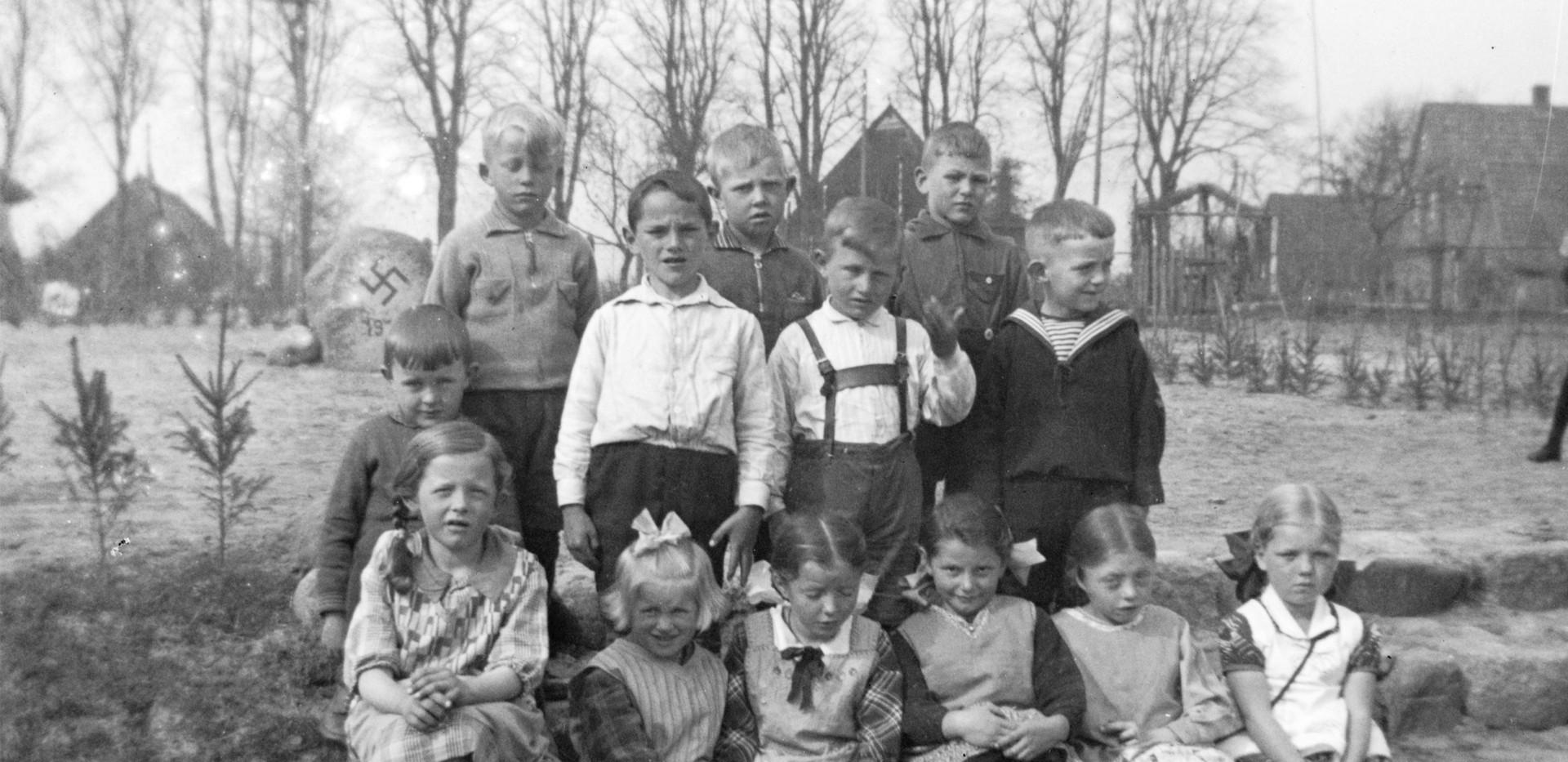 Schüler vorm Hitlerstein