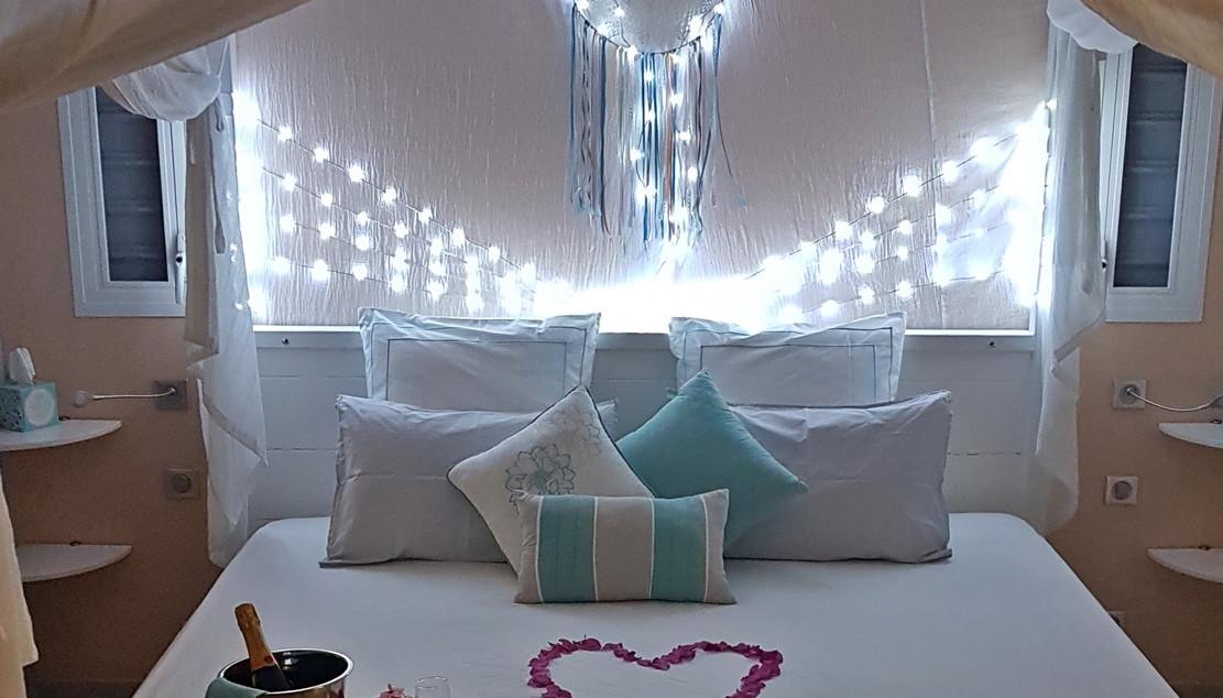 Le lit le soir dans la villa Blue Moon