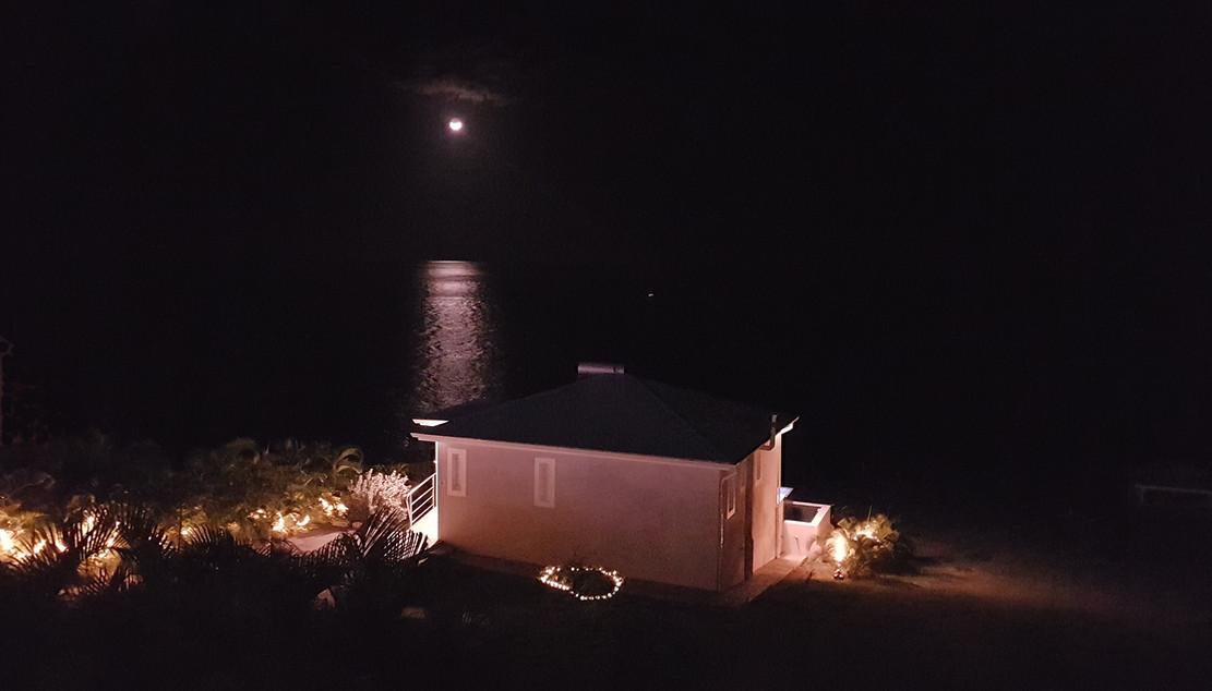 Coucher de lune devant la villa Blue Moon