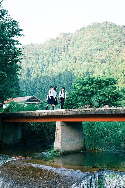 しまね留学写真 橋を渡る生徒たち.jpg