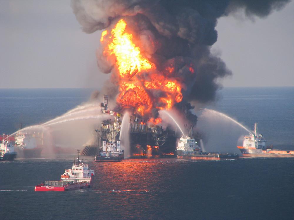 """2010年墨西哥湾""""深水地平线""""号井喷事故"""