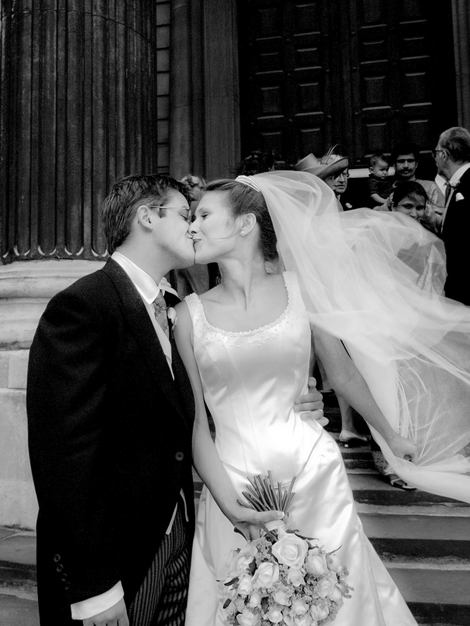 Bride & Groom Kiss outside St. Pauls Cathedral.