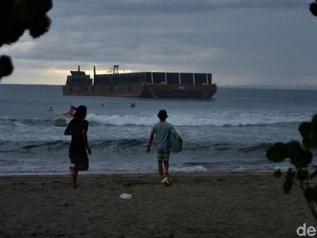 Melihat Keseruan Anak Pantai Pangandaran Surfing di Tengah Hujan Badai