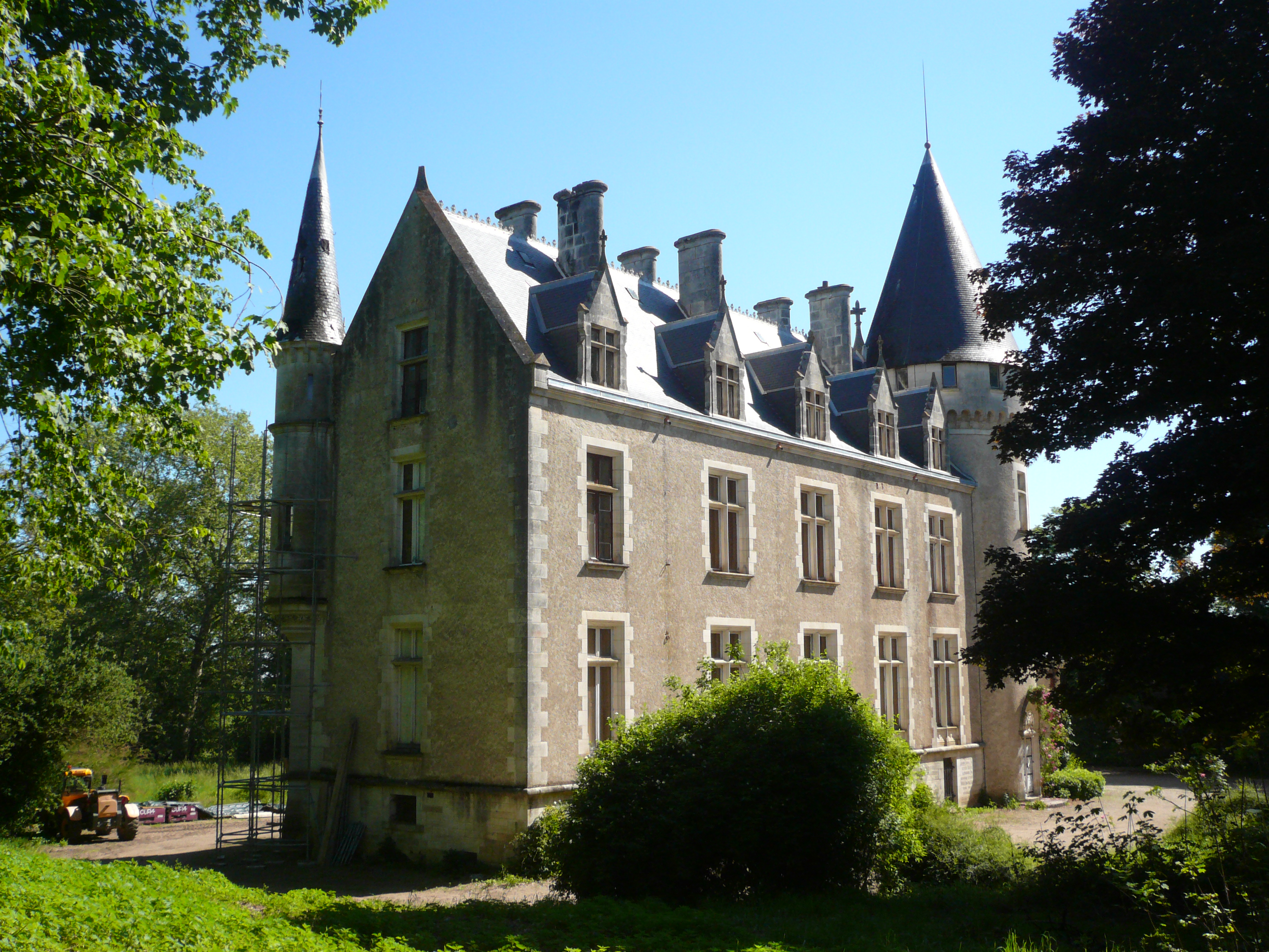 Un Château au cœur du Berry Contact 07 88 75 70 77