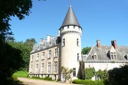 Un château en limite de la Sologne entièrement restauré Contact 07 88 75 70 77
