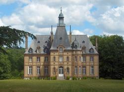 Un Château sur un magnifique parc au cœur de la Sarthe Contact 07 88 75 70 77