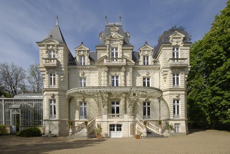 Un magnifique  Château de XIX em siècle en Anjou en plein centre ville .  Contact 07 88 75 70 77