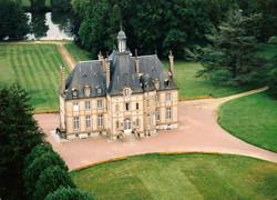 Un château sur un magnifique parc en bordure de la Sarthe Contact 07 88 75 70 77