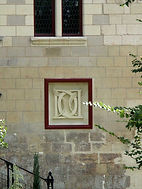 Le Monogramme de Diane de Poitiers création de blason sculpture de blason en pierre Patrick Kalita sculpteur héraldique armoiries blason patrick kalita sculpture sur pierre blason armoiries héraldique amboise tours paris héraldiste heraldry graveur architecture patrimoine ornementation kalita patrick gravure sur pierre taille de pierre