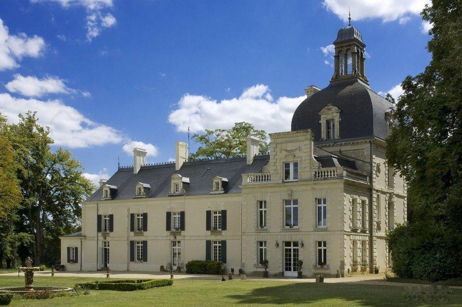 Un Château au pays de Rabelais Contact 07 88 75 70 77