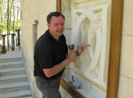 Patrick Kalita sculptant le monogramme de Diane de Poitiers