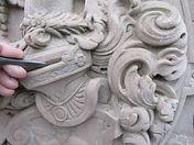 patrick kalita sculpteur sur pierre héraldique création de blason et armoiries rénovation de blasons et armoiries héraldiste heraldry sculpture sur pierre taille de pierre ornementation gravure sur pierre architecture du patrimoine paris amboise art artiste france sculpture de blason en pierre en France sculpture d ' armoiries en pierre kalita patrick