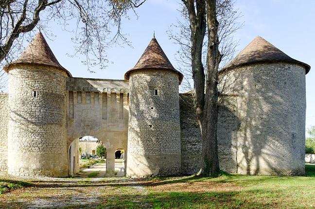 Un Château Fortifie  en Poitou Charentes