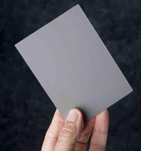 Cartoncino grigio medio, usato per bilanciare i bianchi e misurare l'esposizione