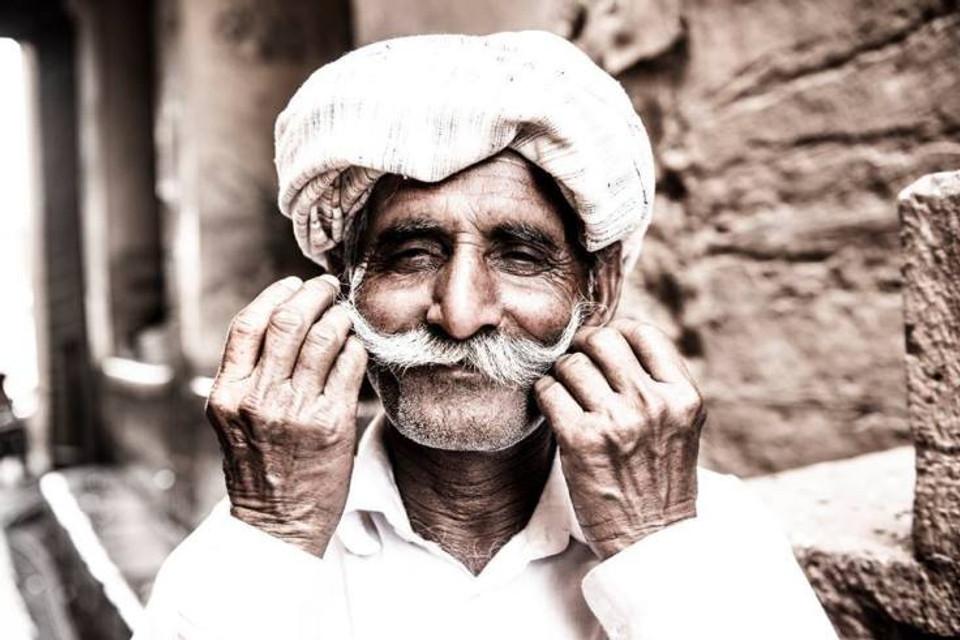 Vecchio indiano con baffi e turbante - fotografia di ritratto
