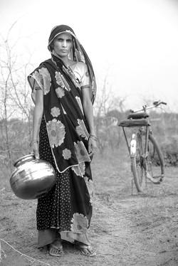 Donna indiana con giara
