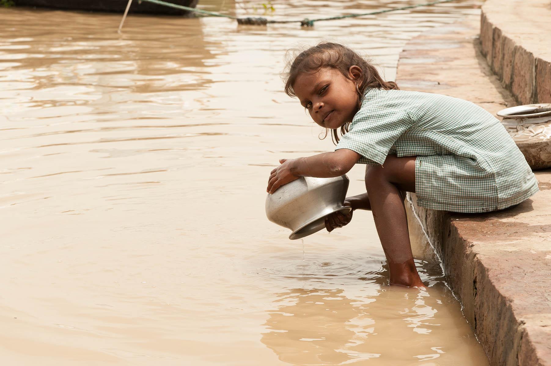 La bambina e l'acqua sacra