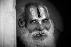 Vecchio saddhu nel tempio di Shiva