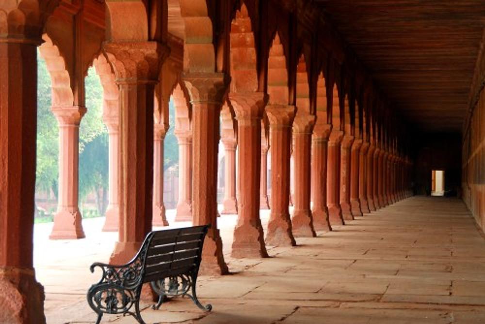 Le linee ideali delle colonne che si ripetono nel giardino del Taj Mahal creano uno scatto ricco di tensione