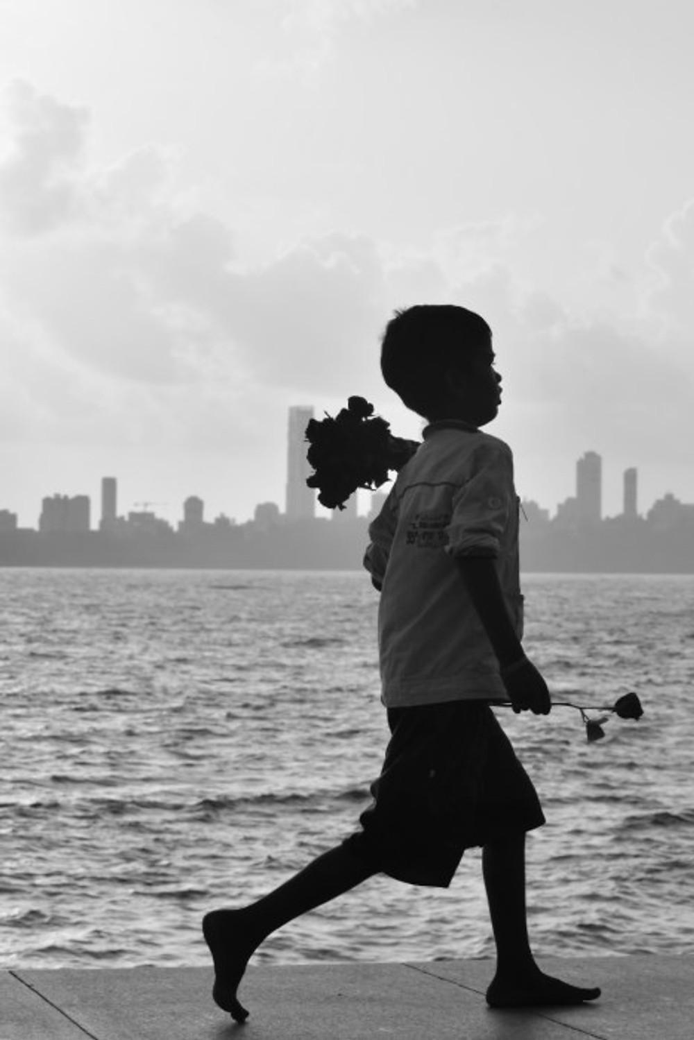 venditore di rose su marine drive, mumbai