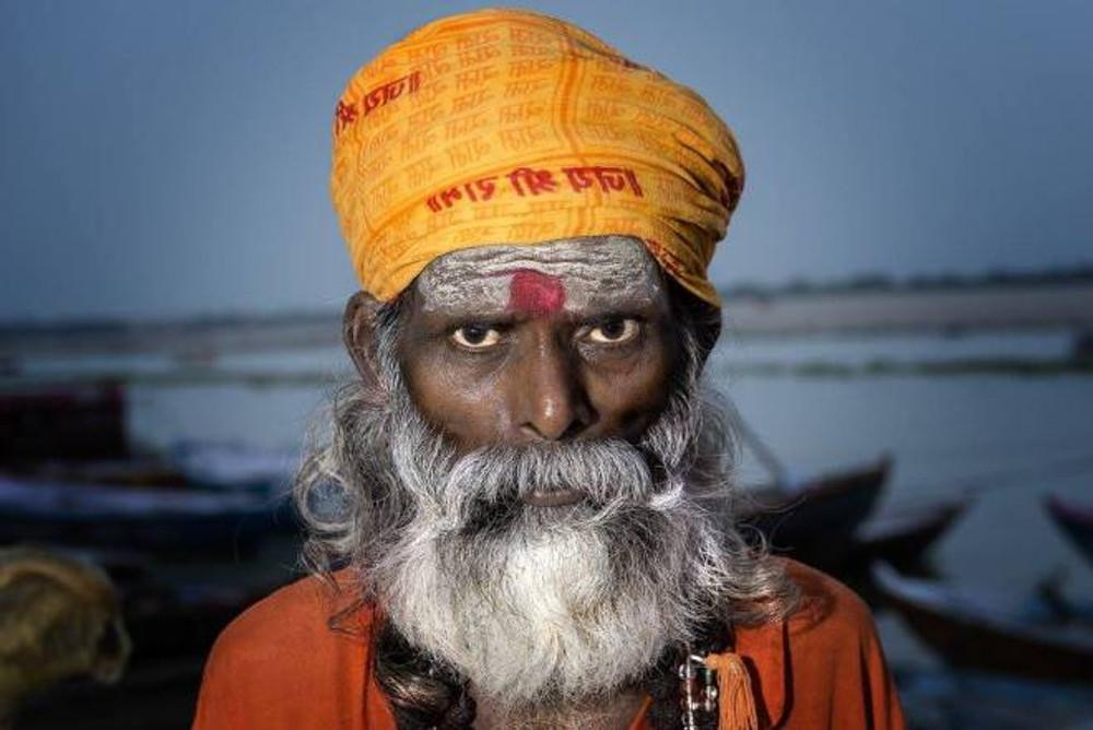 Saddhu a Man Mandir Ghat, Varanasi. Colpo di flash laterale, che si mescola alla luce ambiente. Il flash è nostro amico