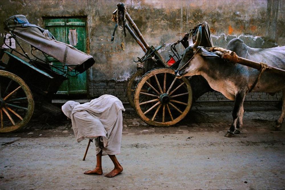 INDIA. Vrindavan. 1995. Widow returning from her ashram.