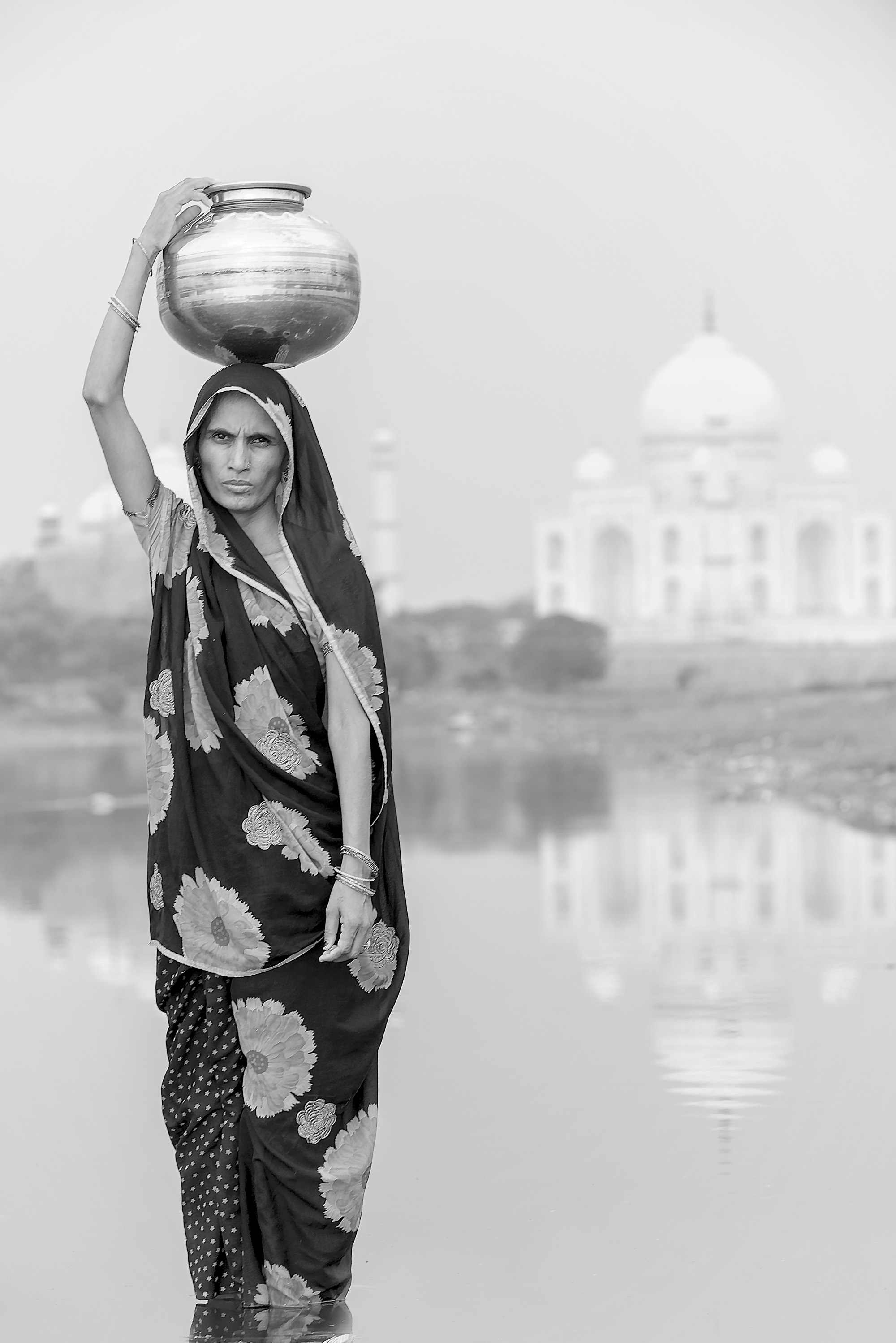 Donna indiana con giara\