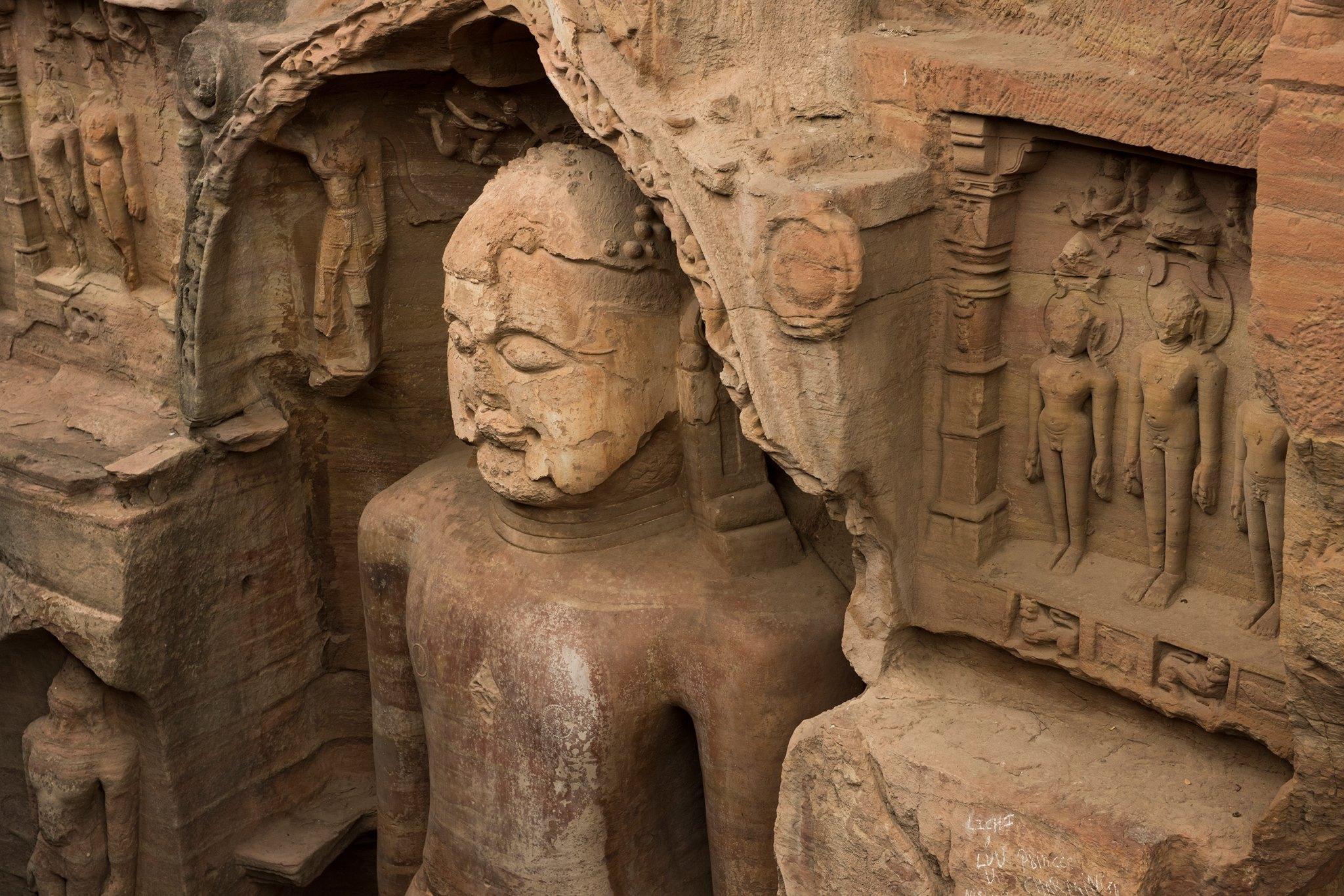 Statua jainista nella roccia