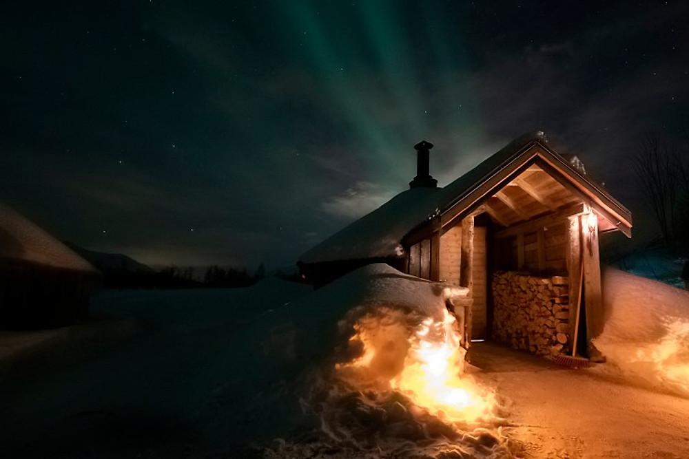 Baita e aurora boreale