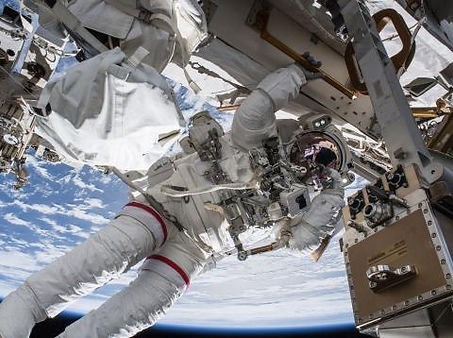astronauta trabajando en la EEI.jpg